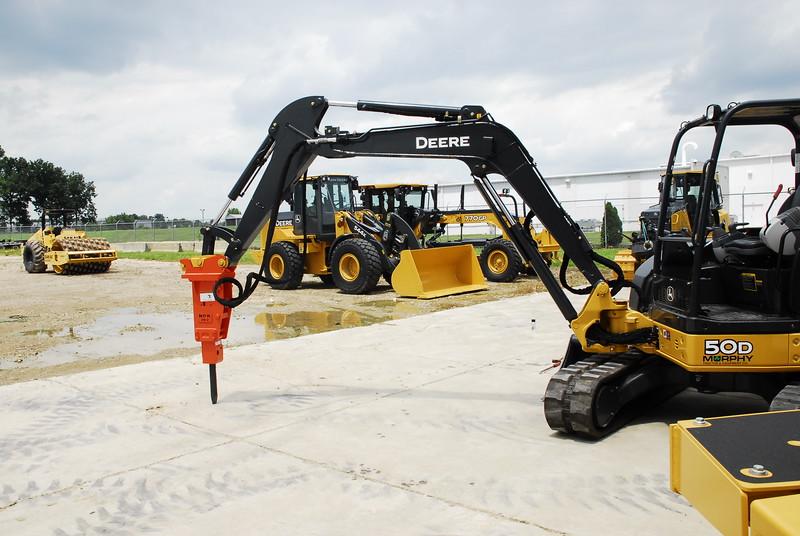 NPK PH2 hydraulic hammer with standard bracket on Deere mini excavator (5).JPG