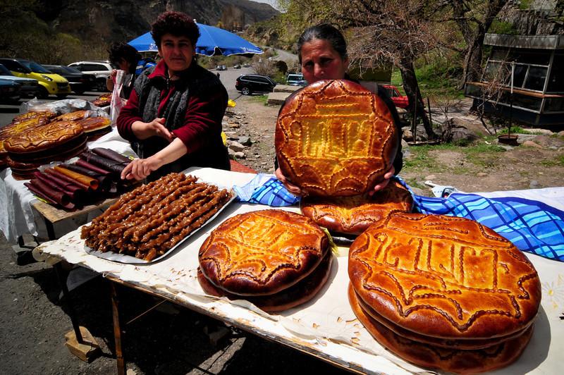 Дары природы. Хлеб был слишком большим и я его не купил, а эти палки оказались вкуснятиной с орехами. Помню ел их в детстве в Киеве, с тех пор нигде не видел. Замечательный перекусь.