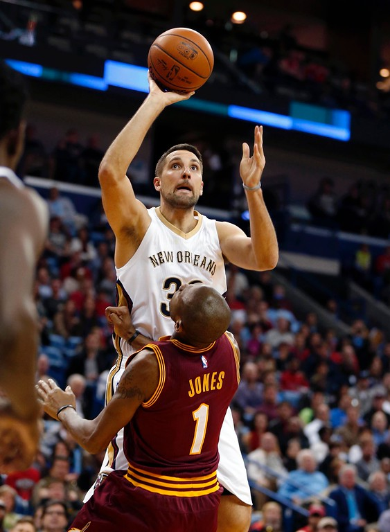 . New Orleans Pelicans forward Ryan Anderson (33) shoots over Cleveland Cavaliers guard James Jones (1) during the second half of an NBA basketball game in New Orleans, Friday, Dec. 4, 2015. The Pelicans won 114-108 in overtime. (AP Photo/Gerald Herbert)