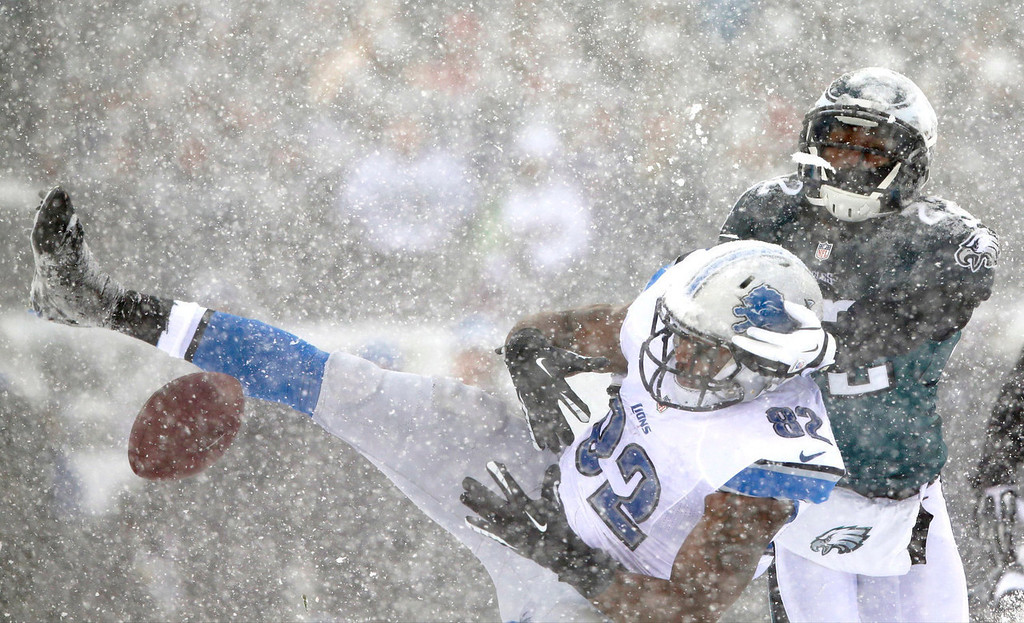 . Detroit Lions\' Dorin Dickerson, left, cannot hang onto a pass as Philadelphia Eagles\' Brandon Boykin defends during the first half of an NFL football game, Sunday, Dec. 8, 2013, in Philadelphia. (AP Photo/Michael Perez)