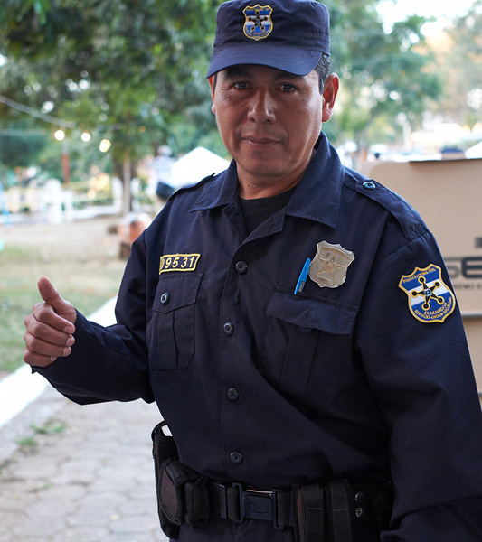 Election day in Santa Ana: <br /> A policeman shows his stained thumb, indicating that he has voted.