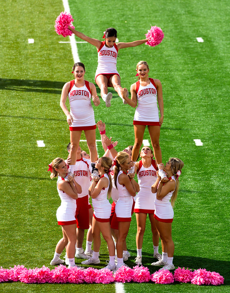 UH cheerleader dismount