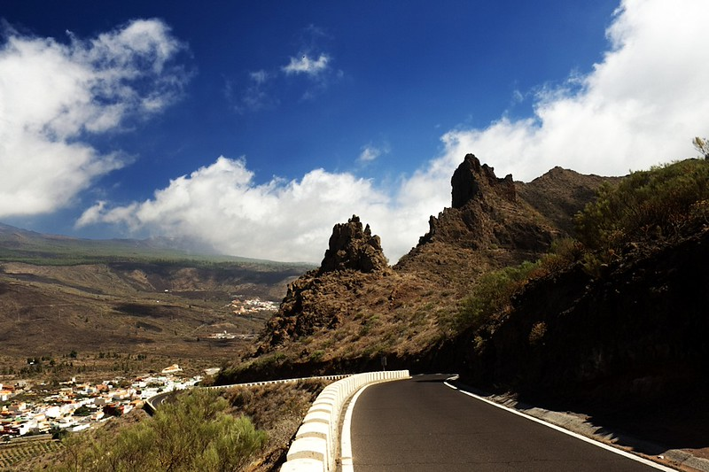 Silnice do Santiaga del Teide z hřebenu nad Mascou