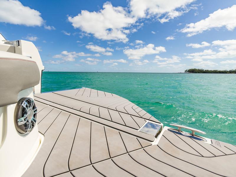 2020-SLX-R-400-e-Outboard-swim-terrace-01.jpg