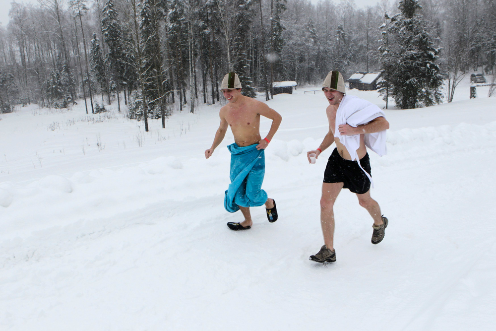 . REFILE - CORRECTING COUNTRY IN BYLINE   People run to a sauna during the European Sauna Marathon in Otepaa February 10, 2013. More than 600 participants took part in the event by visiting 20 saunas with a total distance of over 100 km (62 miles). Picture taken February 10, 2013.  REUTERS/Ints Kalnins (ESTONIA - Tags: SOCIETY)