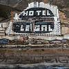 Activistas de Greenpeace escriben 'Demolición' frente al hotel del Algarrobico
