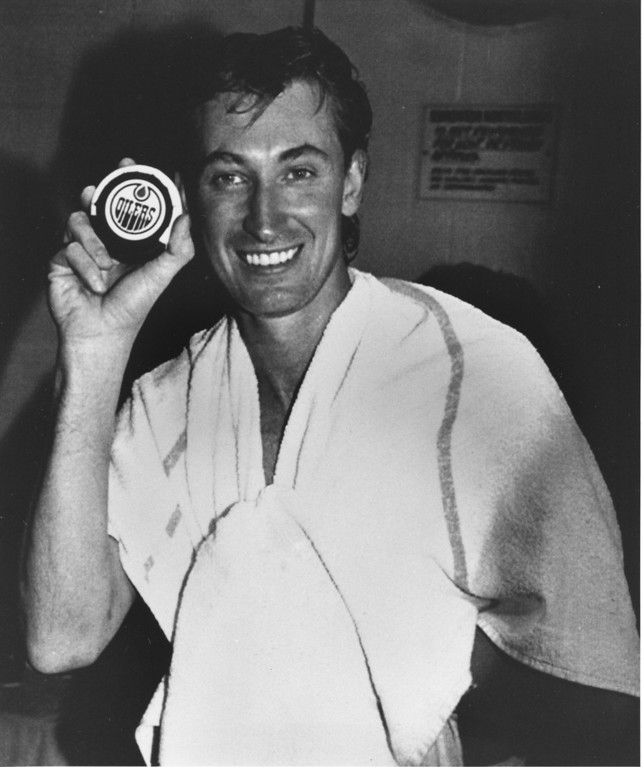 ". Wayne Gretzky of the Los Angeles Kings holds the puck with which he scored the game-tying goal and tallied his 1,851st point in the NHL game against his former team, the Edmonton Oilers in Edmonton, Alberta, Sunday night, Oct. 15, 1989.  Gretzky surpassed Gordie Howe\'s NHL scoring record of 1,850 points.  Gretzky, ""The Great One,\"" played for the Oilers from 1978 until 1988.  (AP Photo/Dave Buston)"