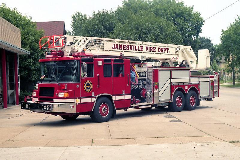 JANESVILLE  QUINT 1  PIERCE QUANTUM.jpg