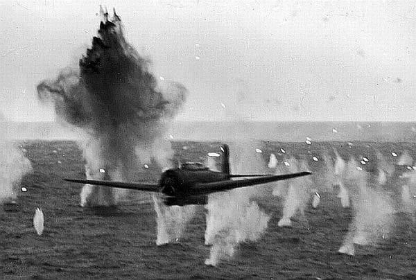 Kamikaze_attack_on_USS_Yorktown.jpg