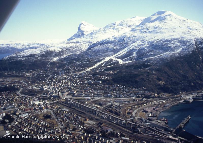 Flyfoto av Narvik sentrum. Høybanen er intakt, men malmdungene er fjernet. Kai 3-4 virker intakt.