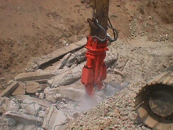 NPK M20G concrete pulverizer on Kobelco excavator-concrete crushing (24).JPG