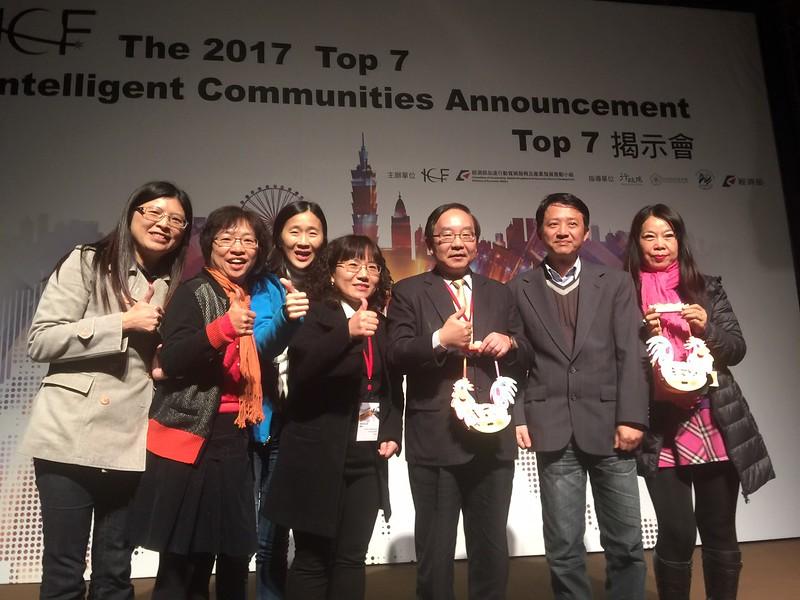 逢甲GIS中心團隊與桃園市王副市長於TOP7揭示會合照.jpg