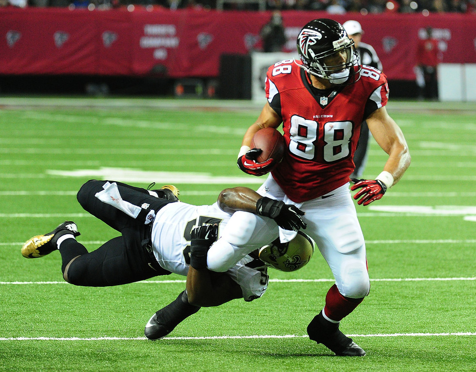 . Tony Gonzalez #88 of the Atlanta Falcons runs with a catch against Curtis Lofton #50 of the New Orleans Saints at the Georgia Dome on November 21, 2013 in Atlanta, Georgia. (Photo by Scott Cunningham/Getty Images)
