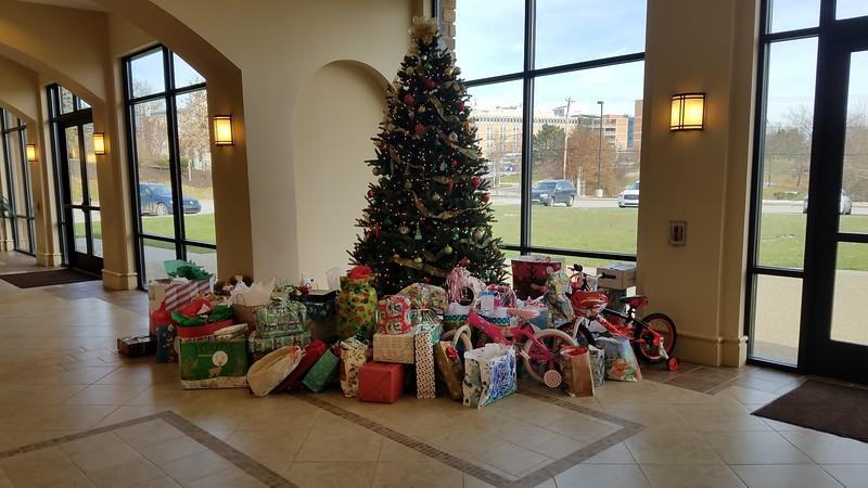 2018-12-11-Christmas-Gift-Tree-Donations_002.jpg