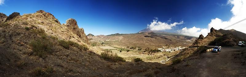 Panoráma krajiny kolem Santiaga del Teide z hřebenu nad Mascou ve výšce 1060 metrů nad mořem. V pozadí uprostřed samotná Teide.