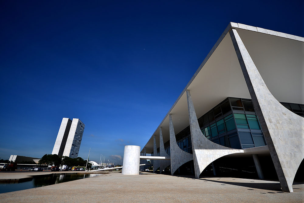. The Planalto Palace in Brasilia, one of the works of architect Oscar Niemeyer, who died yesterday at 104, on December 6, 2012. Niemeyer, the Brazilian icon who revolutionized modern architecture and designed much of the country\'s futuristic capital Brasilia, died in Rio Wednesday at 104. The architect\'s body was to be flown to Brasilia Thursday for a funeral wake at the presidential palace, one of his major works. The body was then to return to Rio for another funeral wake followed by the burial, according to Rio Mayor Eduardo Paes. AFP PHOTO/PEDRO LADEIRA