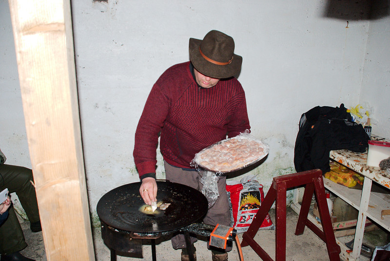Henry steikir silung í kjallaranum í skólanum.