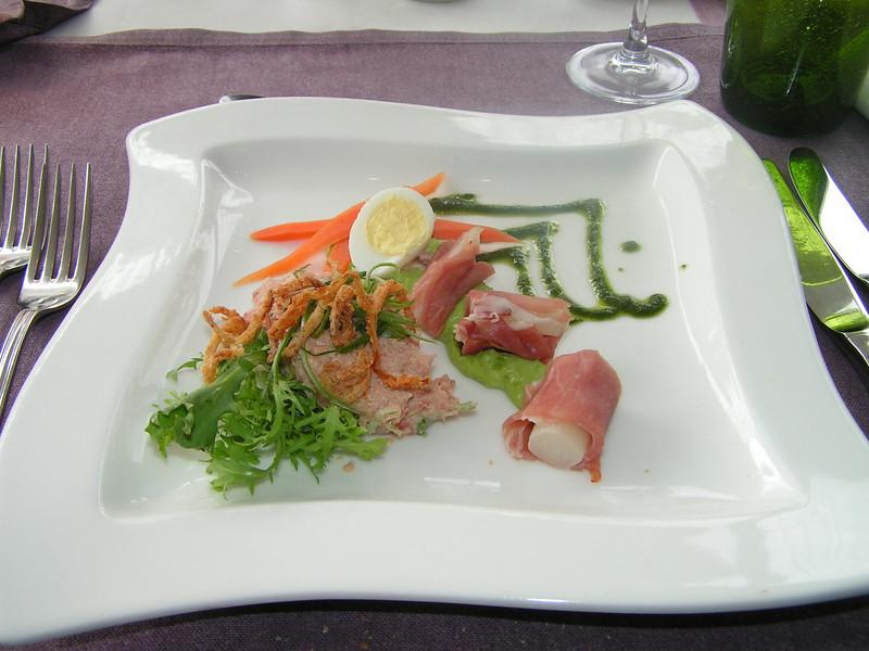 """A la minute tartaar van blue-fin tonijn en rolletjes Serrano ham op mousseline van vroege doperwtjes"" (Paas-menu 2009)"
