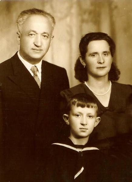 Первый семейный снимок,сделанный после реабилитации на МАТЕРИКЕ. Гриша ,Роза и их младший сын Александр. 1955 год.