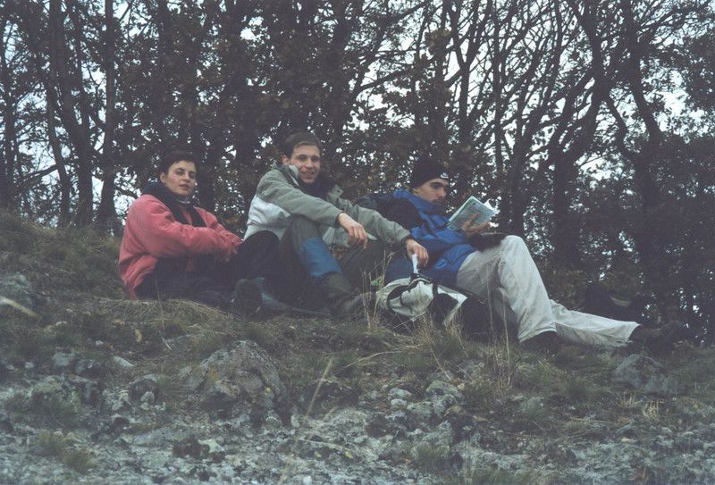 09 - Evi, Tamas, Ati a hegyteton pihennek.jpg