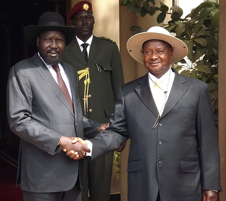 . South Sudan President Salva Kiir (L) shakes hands with his Uganda counterpart Yoweri Museveni on December 30, 2013 in Juba, South Sudan. South Sudanese rebels allied to ex-vice president Riek Machar sought to retake control of a key town on December 30, the army said, as hopes faded that an upcoming ceasefire deadline will be met in the violence-wracked nation. The conflict, fueled by an old rivalry between Kiir and Machar, has fanned ethnic differences between Kiir\'s Dinka group and Machar\'s Nuer clan in the country, which won independence from Sudan in 2011.  SAMIR BOL/AFP/Getty Images