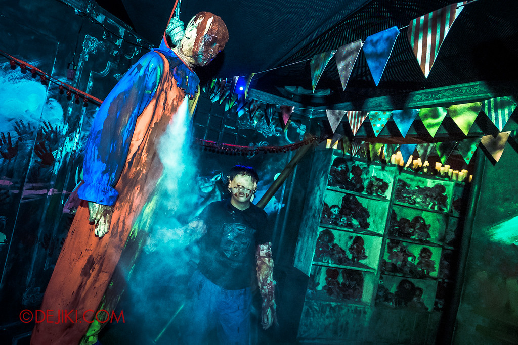Halloween Horror Nights 6 - Bodies of Work / Pinata explodes, boy