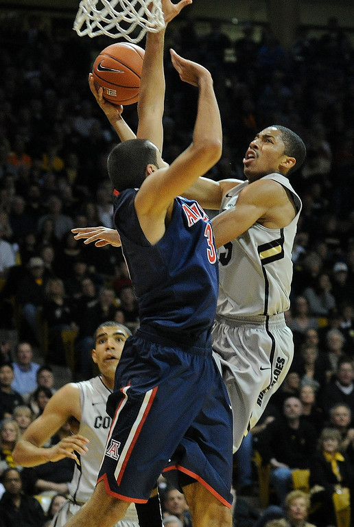 . BOULDER, CO. - FEBRUARY 14: Colorado Buffaloes guard Spencer Dinwiddie (25) drove the lane in the second half. The University of Colorado men\'s basketball team defeated Arizona 71-58 Thursday night, February 14, 2013 at the Coors Event Center in Boulder. (Photo By Karl Gehring/The Denver Post)