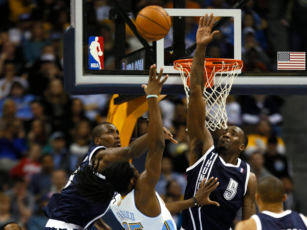 . Oklahoma City Thunder\'s Serge Ibaka (L) and Kendrick Perkins (R) defends Denver Nuggets forward Kenneth Faried in their NBA basketball game in Denver March 1, 2013. REUTERS/Rick Wilking