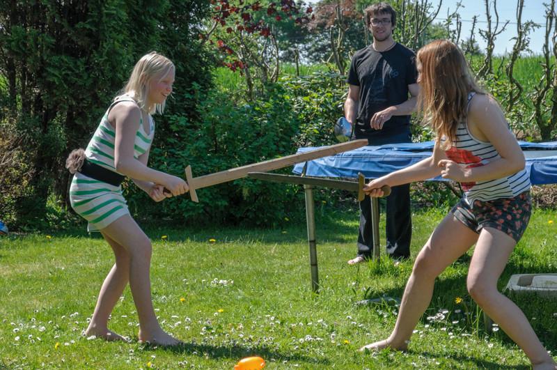 Ludwig gibt den Mädchen Fechtunterricht.