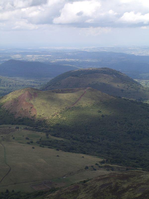 De kraters van deze vulkanen zijn zeer goed te zien vanaf deze hoogte