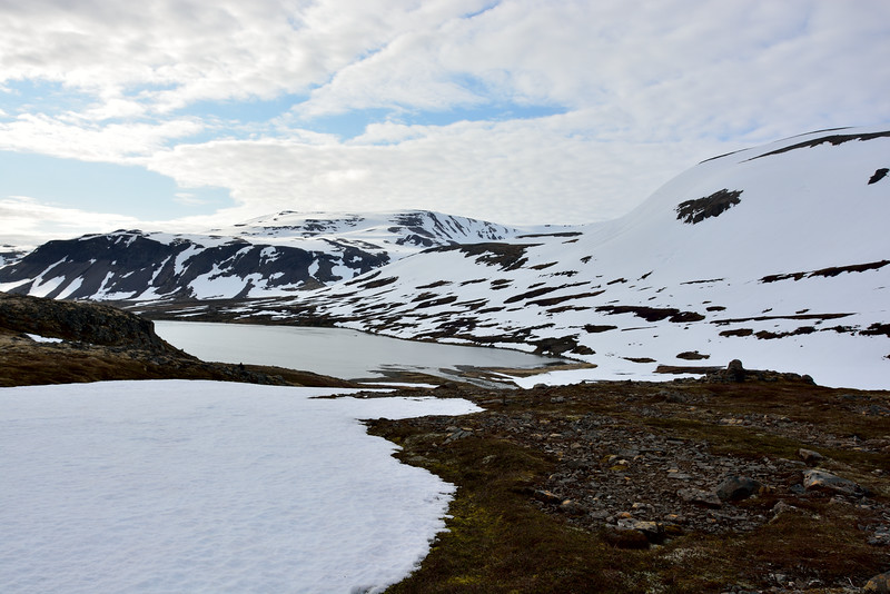Horft niður í Hrafnsfjörð. Handan við fjörðinn er Fannalág og Mánafell.