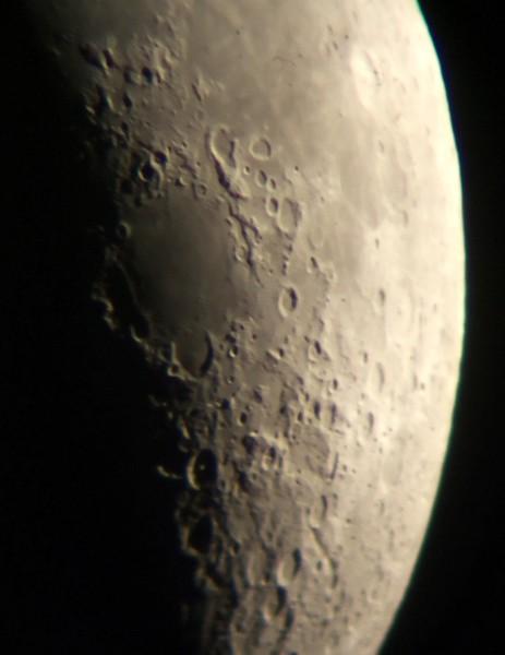 Moře Nektaru a severněji Moře hojnosti. Vpravo nahoře je vidět světlý kráter Langrenus.