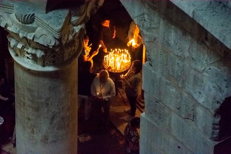 הדלקת נרות בכנסיית הקבר.jpg