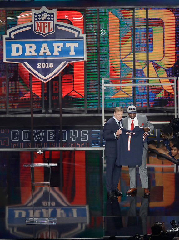 . Commissioner Roger Goodell, left, presents Georgia\'s Roquan Smith with his Chicago Bears jersey during the first round of the NFL football draft, Thursday, April 26, 2018, in Arlington, Texas. (AP Photo/Eric Gay)