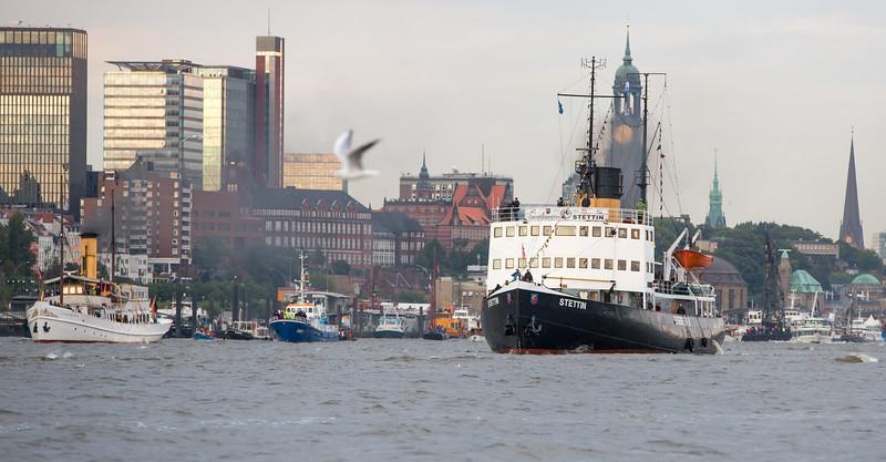 Dampfschiff Stettin und Dampfschiff Scharhörn auf der Elbe in Hamburg