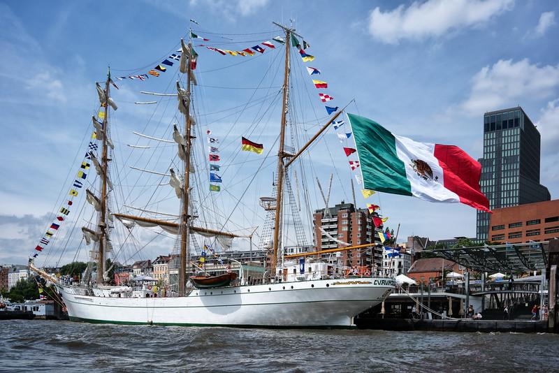 Hamburg spanisches Schulschiff Segelschiff an der Überseebrücke mit sehr großer italienischer Nationalflagge
