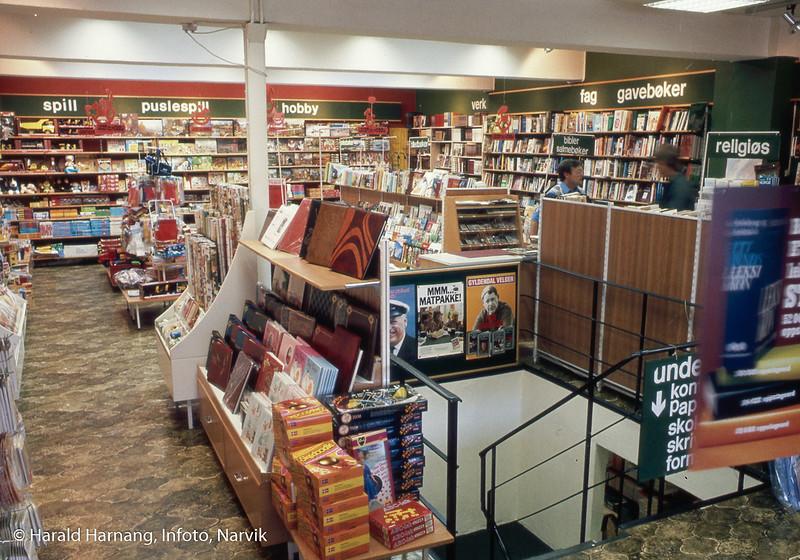 Frydenlund bokhandel, Brugata 2B. Eier og leder Per Jakobsen sees bak til høyre. Dette er bok-avdelingen i 1. etasje. I underetasjen var mer kontorrekvisita.
