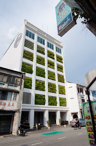 "25 A ""green"" building in the middle of the urbanscapes.jpg"