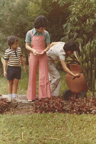 Piscina de Andrada, Paulo Nascimento,  Alzira Rodrigues e Manuela Nascimento (a rarrancar o cacto)
