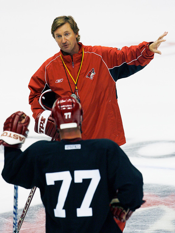 . Phoenix Coyotes coach Wayne Gretzky instructs Travis Roche (77) during the first day of the NHL hockey team\'s training camp Friday, Sept. 14, 2007, in Glendale, Ariz. (AP Photo/Ross D. Franklin)