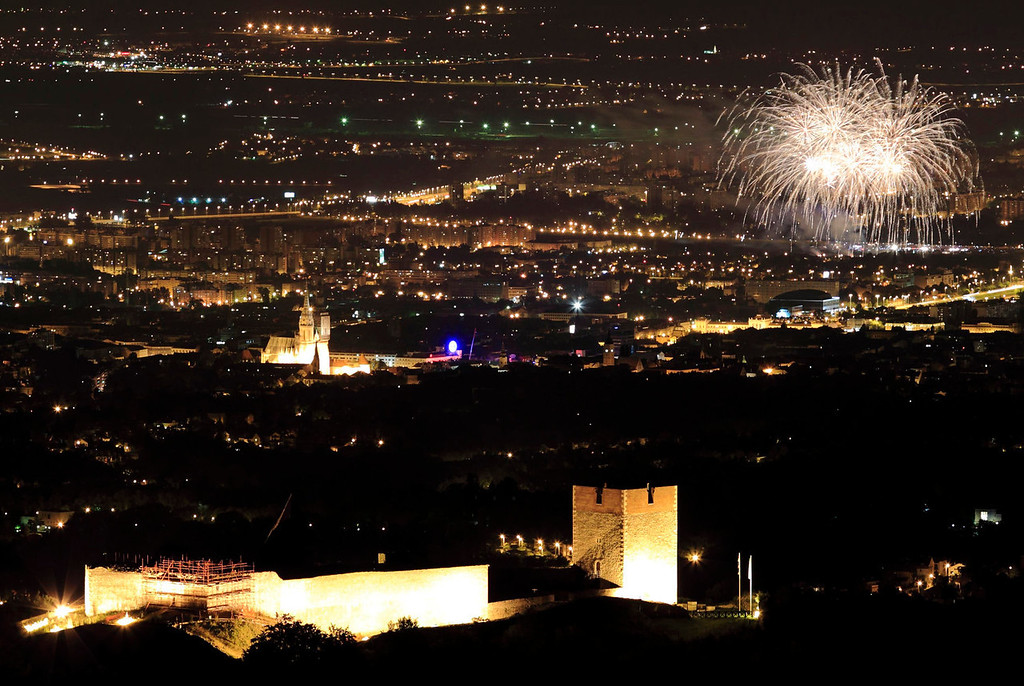 . Fireworks burst over the cityscape during the International Fireworks Festival in Zagreb June 29, 2013.  Croatia becomes the 28th member of the European Union at midnight on Sunday, a milestone that caps the Adriatic republic\'s recovery from war but is tinged with anxiety over the state of the economy and the bloc it joins.  REUTERS/Antonio Bronic