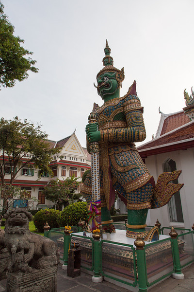 Yak wat Jaeng - A giant stands guard at Wat Arun.
