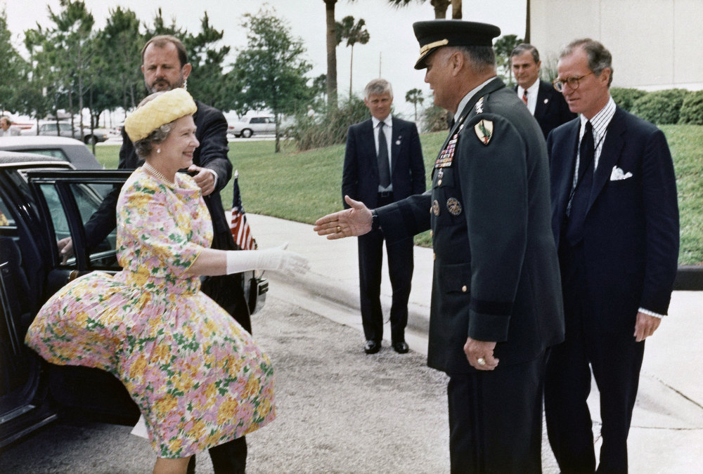 Description of . General Norman Schwarzkopf welcomes Her Majesty Queen Elizabeth II as she arrives at the U.S. Central Command Headquarters in Tampa, Florida on Monday, May 20, 1991. The queen, with her husband Prince Philip, concluded a four day trip in Florida with the Tampa tour where she bestowed the title of an honorary Knight to General Schwarzkopf. (AP Photo/Skip O'Rourke)