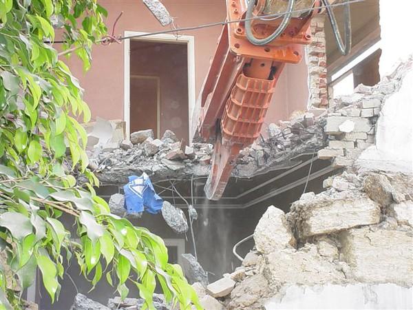 NPK M38K demolition shear on Deere excavator-commercial demolition (8).jpg