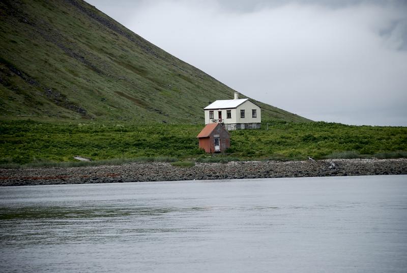 Ystibær og neyðarskýlið á Sæbóli í Aðalvík.