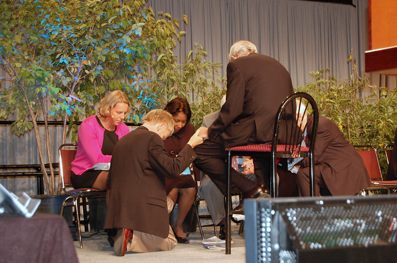 Praying on stage. From left, Pr. Kaari Reierson, Pr. Stanley Olson, Pr. Wyvetta Bullock, Bishop Hanson, and Sectretary Swartling.