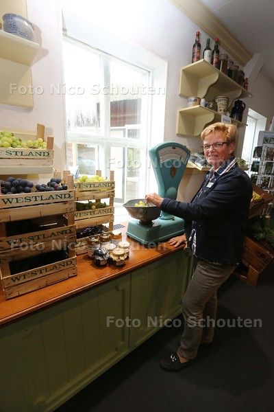 Het kleine groentewinkeltje van het Westlands Museum loopt bijzonder geod en is vaak uitverkocht. Nu zijn er ook druiven te koop - vrijwilliger Christien Noordam achter de weegschaal - HONSELERSDIJK 15 OKTOBER 2015 - FOTO NICO SCHOUTEN