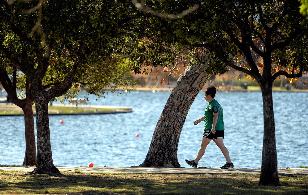 . A walker enjoys the warm weather on Christmas Day 2013 at Lake Balboa in Van Nuys. (Photo by Hans Gutnkecht/Los Angeles Daily News)