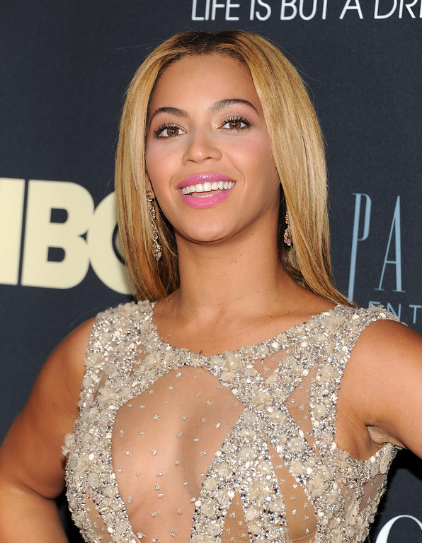 ". Singer Beyonce Knowles attends the premiere of ""Beyonce: Life Is But A Dream\"" at the Ziegfeld Theatre on Tuesday, Feb. 12, 2013 in New York. (Photo by Evan Agostini/Invision/AP)"