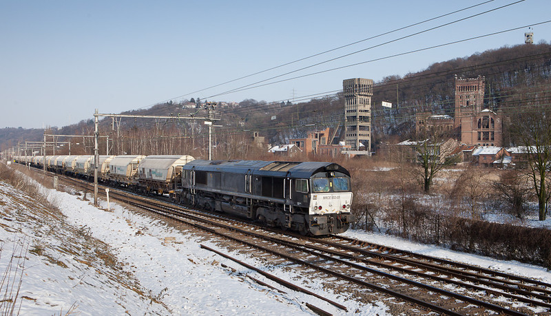 Railtraxx/Husa MRCE 653-05 is in charge of the limestone empties 49667 (Veendam/NL - Hermalle s/Huy) as it passes the abandoned Hasard Cheratte coal mine.